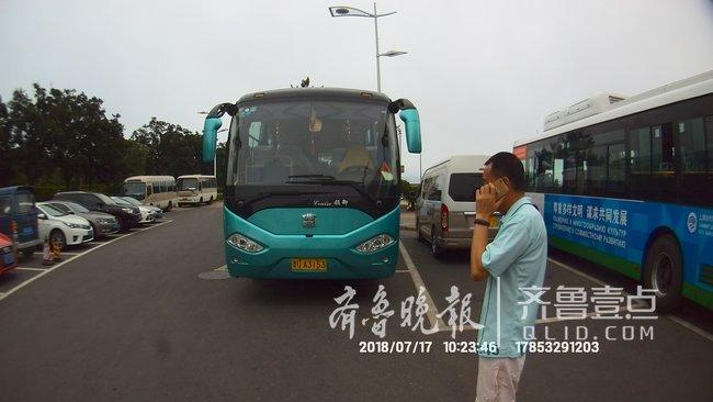大客无客运手续拉35名游客旅游被查 司机弃车逃逸
