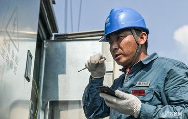 他的劳动换来你的清凉 微山湖区保电工人在行动