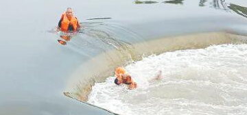 爱犬跌落河中男子跳河救狗被困 淄博协警下河救人
