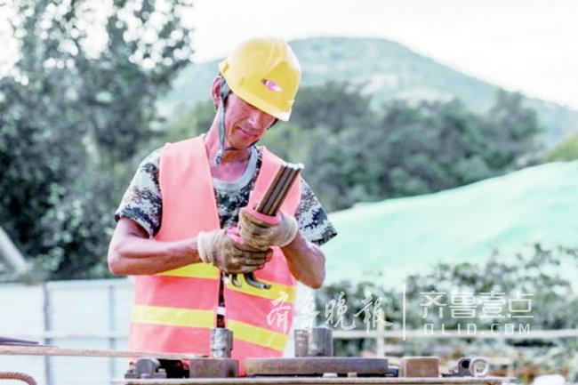 济南水厂扩建工地:桑拿天,八个工人每天绑六吨钢筋