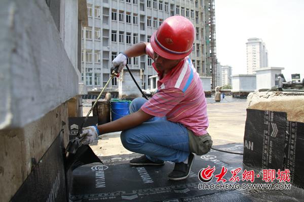 聊城防水工37℃下楼顶作业 一天要喝12斤水_陈剑雄