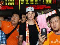 山东鲁能新援罗杰·格德斯抵达机场 球迷热情迎接