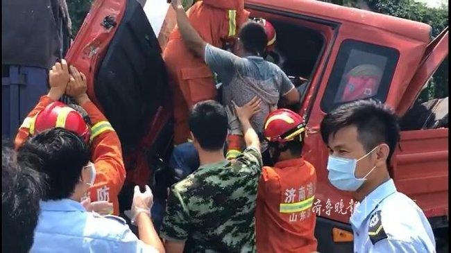 高速上,俩大货车相撞一人被困!济南消防员破拆救人