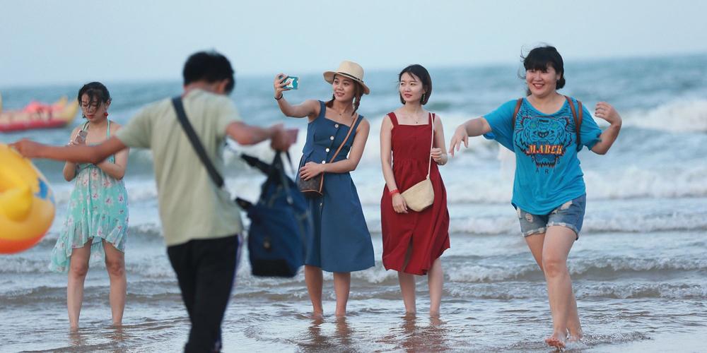 日照港城持续高温 市民海边扎堆避暑