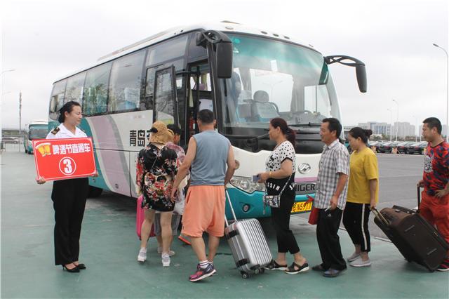 啤酒节带火定制公交 每天600多外地游客乘车直达西海岸
