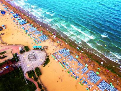 洗海澡哈啤酒吃蛤喇 青岛海水浴场昨迎客32万人次