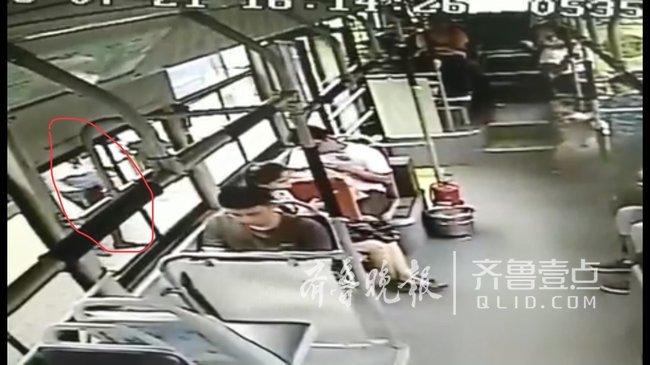 惊险!济南女子头伸进公交车轮下,幸好司机及时发现