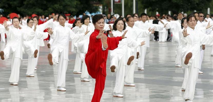 甘肃平凉:古镇上演万人太极拳表演