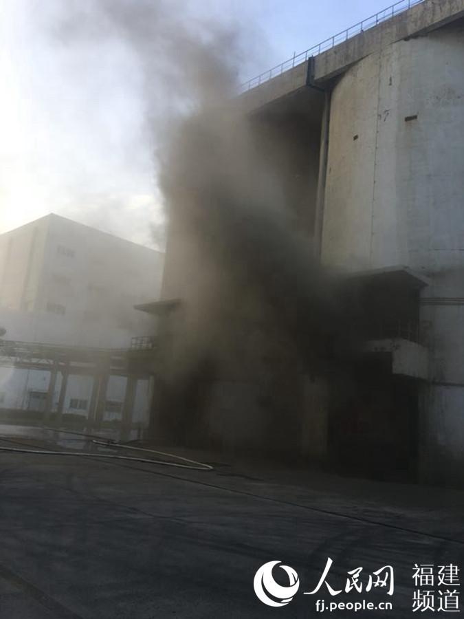 工厂煤渣粉尘储罐损坏工人被困危在旦夕 消防官兵2小时救援