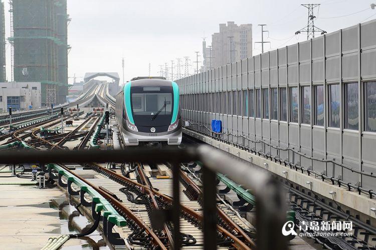 当天,青岛新闻网记者来到了13号线大珠山站,发现列车已经停靠在站台上,工作人员正在对列车进行调试。打眼一看,13号线列车内外都是小清新风格,不仅列车车体有流线型的蓝绿色条文,列车内部的座椅和把手也是小清新的蓝绿色调。车门上方的动态地图采用智能LCD动态电子地图,除了能更好地播报站点信息,屏幕上还能显示新闻等视频信息、地铁出口信息等等。客室内的灯光设计与11号线列车相似,客室顶部的照明灯采用具有装饰效果的LED大尺寸环形灯,提升了客室的豪华感。