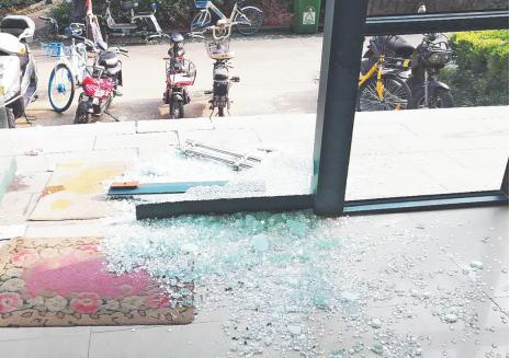 淄博醉酒居民深夜撞破单元门玻璃 物业:将协商处理