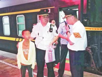 潍坊12岁男孩与家人赌气离家出走 淄博乘务组从烟台护送其回家