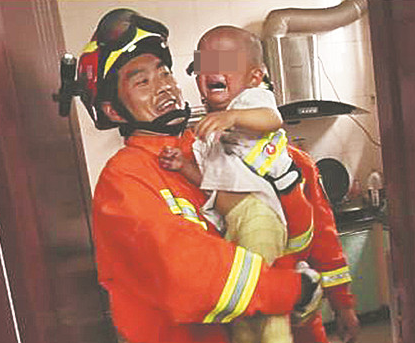 沂源1岁半男童将自己反锁厨房内 消防官兵爬窗救人
