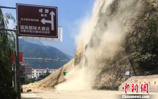 汶川岷江大桥路口处发生山体滑坡 车辆通行未受影响