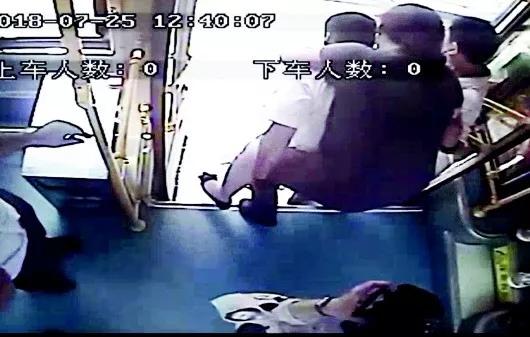 女子公交车上晕倒,这拨青岛司机和乘客的举动太爷们了!