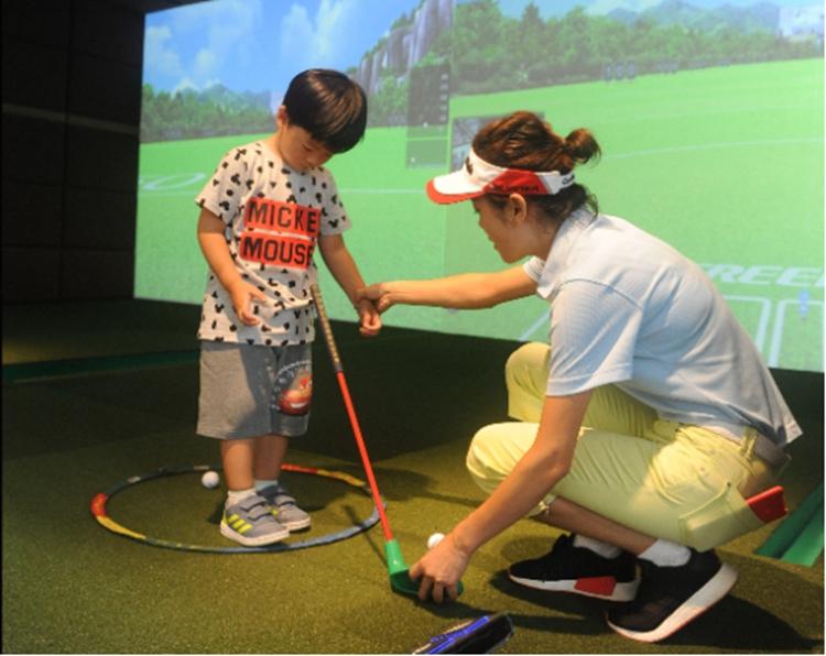 听障家庭的孩子走进高尔夫球