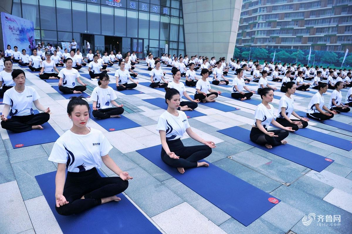 青島:瑜伽愛好者高溫下集體練習瑜伽圖片