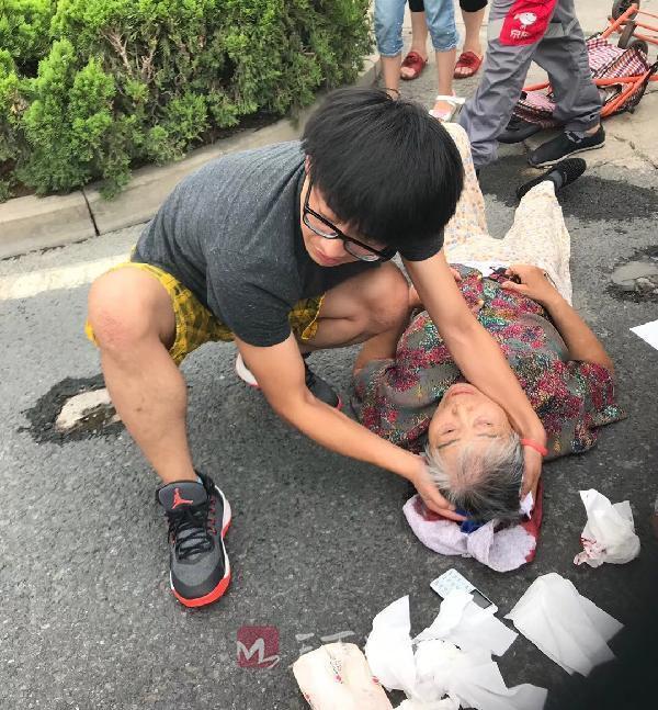 老人摔倒受伤济南小伙跪趴救助等来救护车 擦干地上血迹才离开