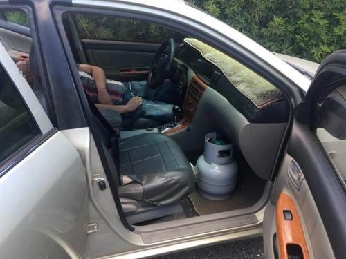 台湾男子车内打开瓦斯气桶欲轻生 警方路过救人
