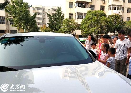 粗心妈妈将孩子锁在车内 日照消防破窗施救