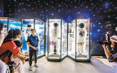 """体验宇航员太空生活 还能""""开""""着飞机远航"""