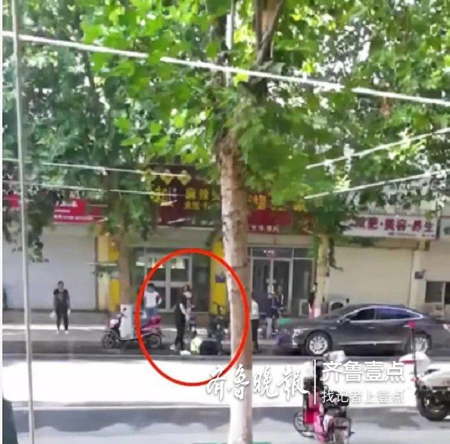 泰安岱岳区一男子袭警被带走调查