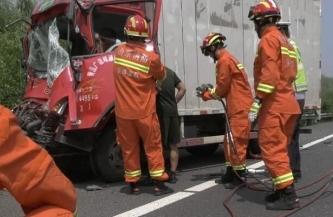高速货车追尾 淄博消防官兵解救被困司机