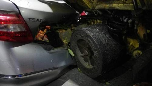 台湾基隆工程车失控撞2辆汽车9辆摩托车 1人受伤