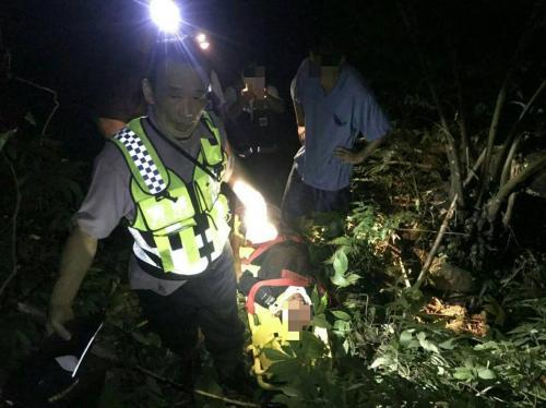 台湾男子骑摩托摔下百米山崖 获警消救助无大碍