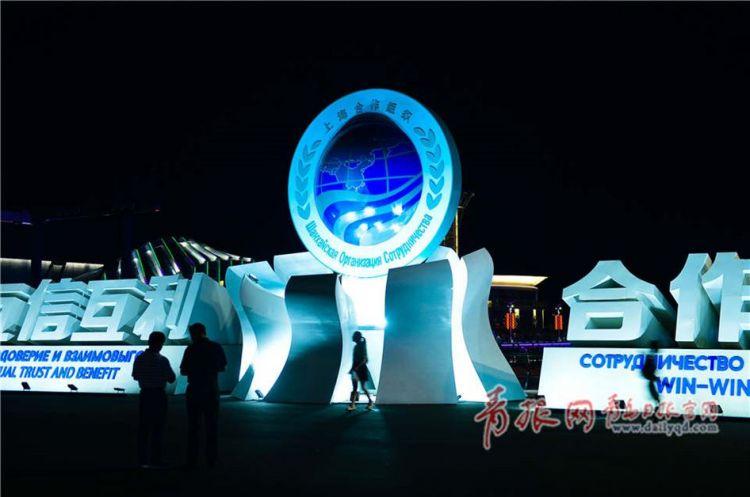 青岛连日高温 流光溢彩灯光秀吸引消暑游客(组图)