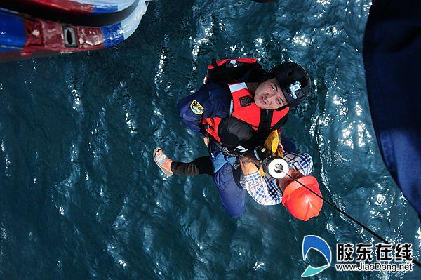 好险!船进水倾斜,幸亏北海救助飞行队来了