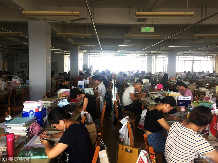 暑假不放假 40度高温下滨州考研党扎堆自习室