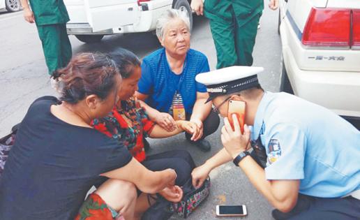 济宁一女子周村街头晕倒 警民守护20分钟