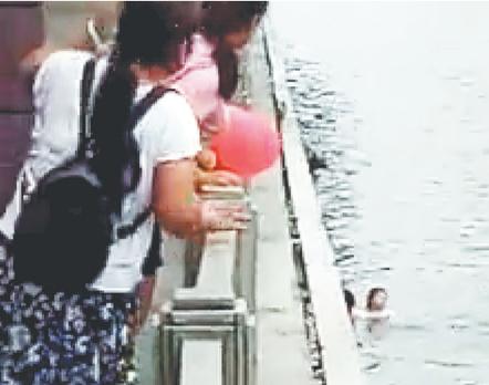女子落水众人合力施救 事发沂源螳螂河