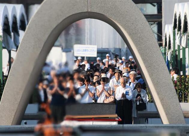 广岛举行和平纪念仪式:呼吁日本为无核世界发挥作用 安倍默哀
