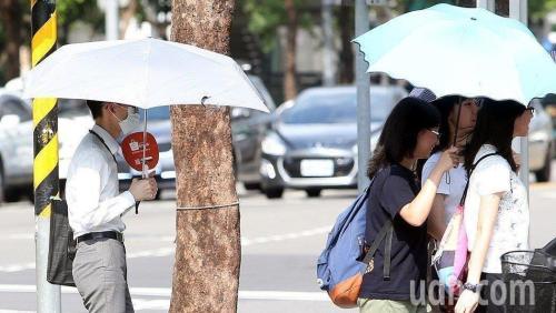 台湾多地高温持续 气象部门提醒民众慎防热伤害