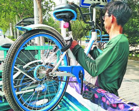 淄博共享单车管理员:烈日下每天搬车百余次
