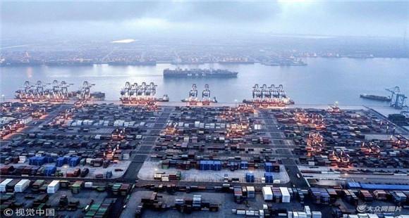 航拍青岛前湾集装箱码头 船来船往一片忙碌