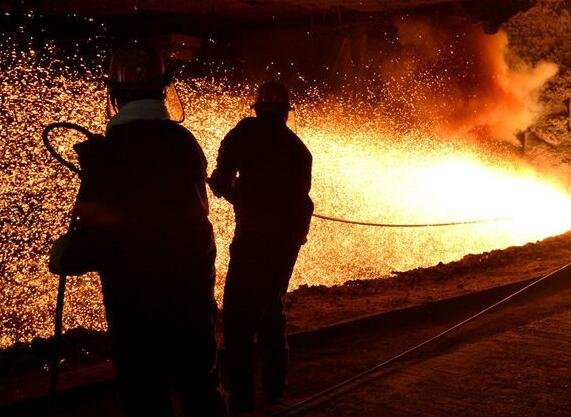 高温下的钢铁工人:高温磨练 淬铁成钢