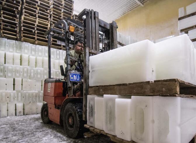 实拍制冰厂冰火两重天 室内外相差50℃