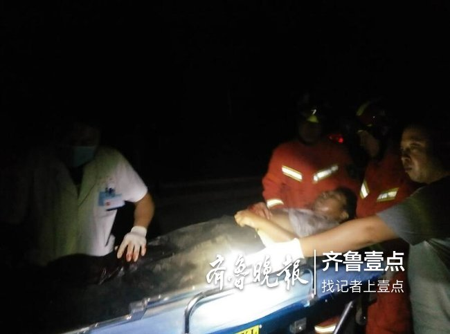 两车相撞一人被困,泰安消防紧急救援