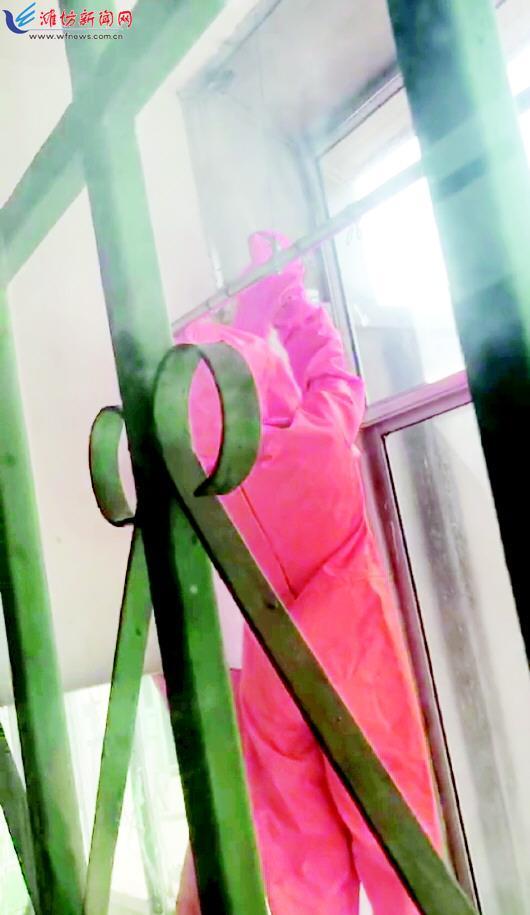 阳台悬蜂巢潍坊消防来施救 及时消除安全隐患