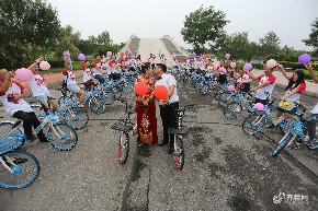 """东营40辆单车变身""""婚车"""" 低碳浪漫婚礼吸眼球"""