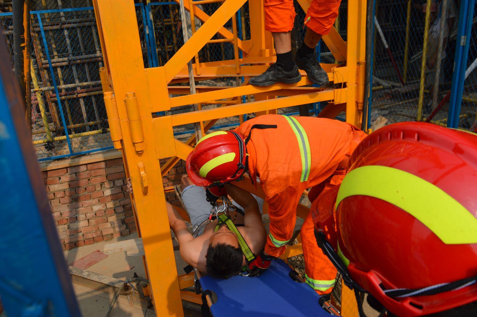 塔吊工人中暑昏迷 消防官兵紧急救援