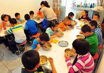 济南:玻璃扎伤男孩眼,小饭桌被判赔23万