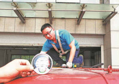 高温下的劳动者丨45.5℃的公交车顶 淄博修理工一蹲3小时