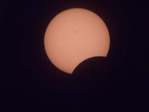 11日威海迎日偏食景观 市民可戴专业太阳镜观看