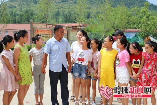 临沂费县教师陈德贵:用生命烛光照亮孩子的前程