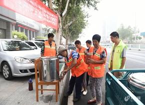 滨州志愿者夫妇坚持为环卫工送免费绿豆汤