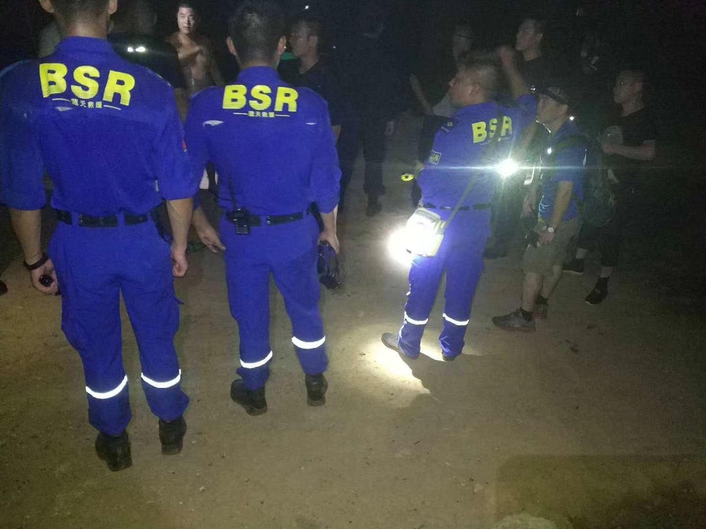 走失青年被困河中央 救援队开展深夜大营救